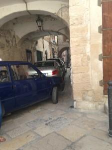Vicolo di fronte alla Cattedrale invasa dalle auto