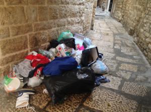 Rifiuti abbandonati nei pressi di Palazzo San Domenco, sede del Comune di Bisceglie
